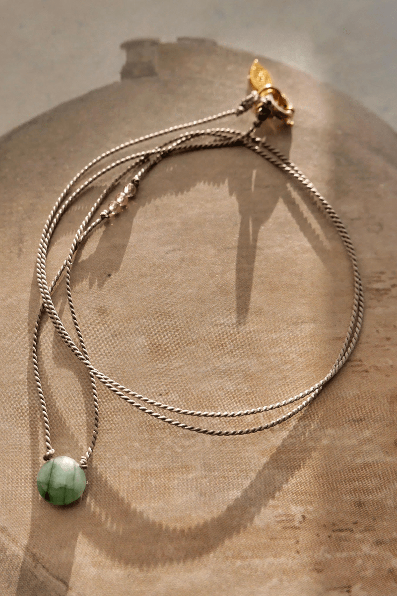 NECKLACE WITH A ROUND EMERALD AND SAPPHIRE ON A THREAD